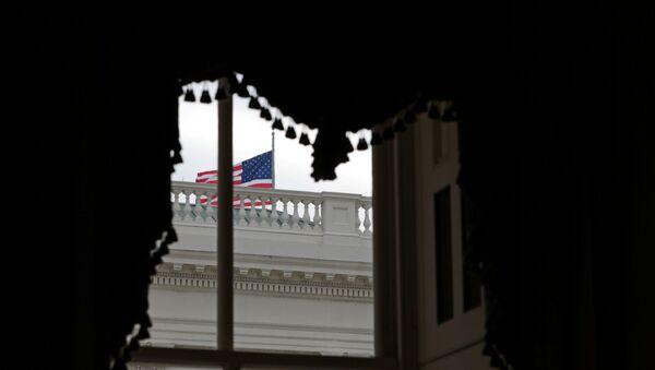 Američka zastava vijori se ispred prozora na Kapitol hilu u Vašingtonu, SAD, 31. decembra 2020. - Sputnik Srbija