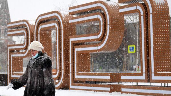 Žena prolazi pored novogodišnje instalacije u ulici u Moskvi - Sputnik Srbija