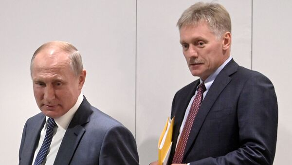 Predsednik Rusije Vladimir Putin i portparol predsednika Dmitrij Peskov - Sputnik Srbija