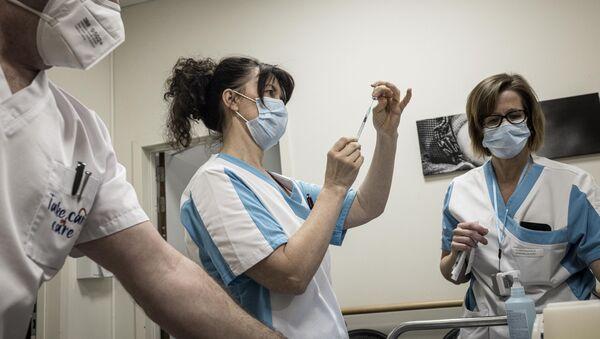 Medicinske sestre pripremaju špriceve sa vakcinom Fajzer - Sputnik Srbija