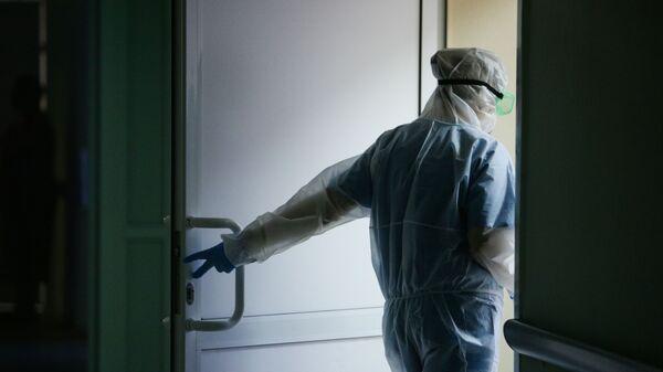 Lekar u zaštitnom odelu u Novosibirskoj bolnici  - Sputnik Srbija