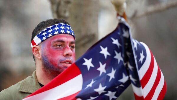 Pristalica američkog predsednika Donalda Trampa protestuje protiv potvrđivanja rezultata predsedničkih izbora u SAD - Sputnik Srbija