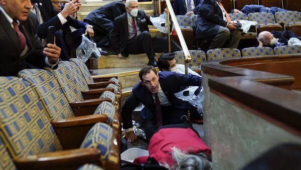 Сенатори се крију у галерији Хаус док демонстранти покушавају да продру  - Sputnik Србија
