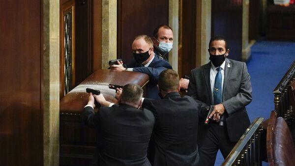 Служба обезбеђења потеже ватрено оружје на демонстранте током упада у Конгрес - Sputnik Србија