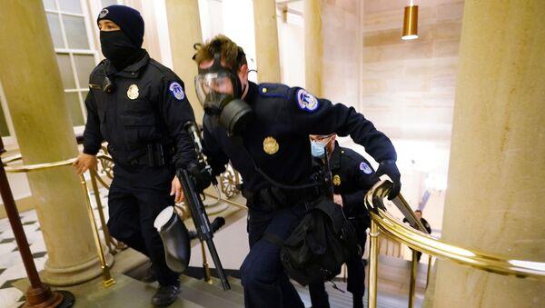 Амерички полицајци из Капитола заузимају положаје док демонстранти улазе у зграду - Sputnik Србија