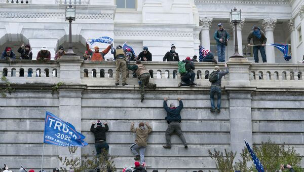 Pristalice predsednika Donalda Trampa penju se na zapadni zid američkog Kapitola - Sputnik Srbija