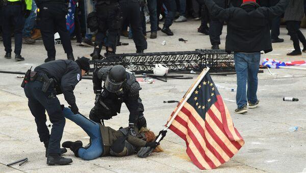 Policija hapsi demonstranta na protestu podrške aktuelnom američkom predsedniku Donaldu Trampu u Vašingtonu - Sputnik Srbija