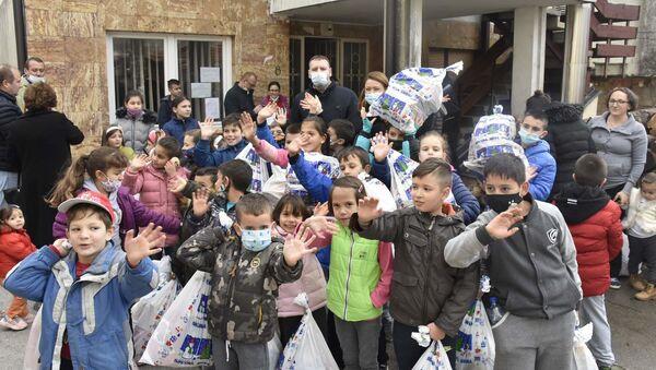 Kancelarije Vlade Srbije za KiM  podelila deci paketiće za Božić - Sputnik Srbija