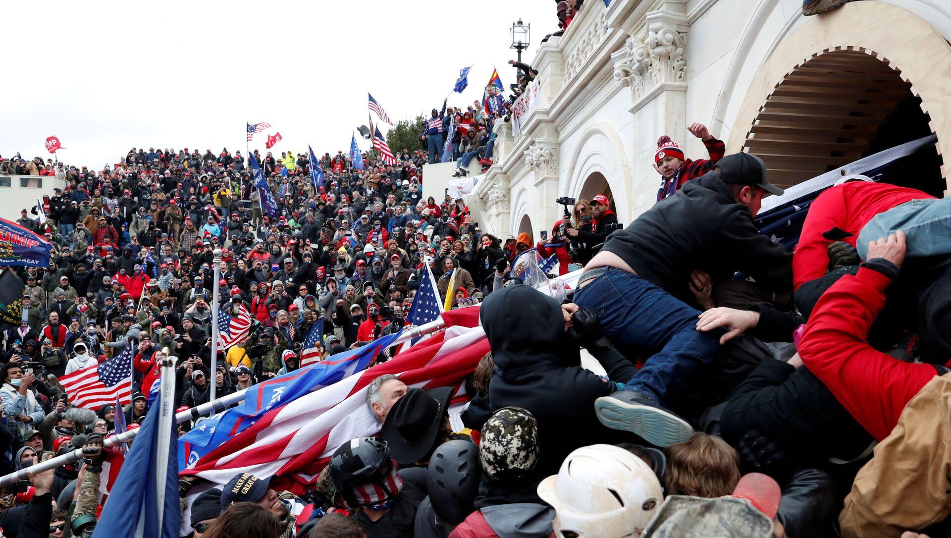 Demonstranti upadaju u američki Kapitol tokom sukoba sa policijom - Sputnik Srbija, 1920, 01.02.2021