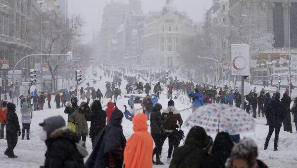 Шпанци на снежним улицама Мадрида - Sputnik Србија