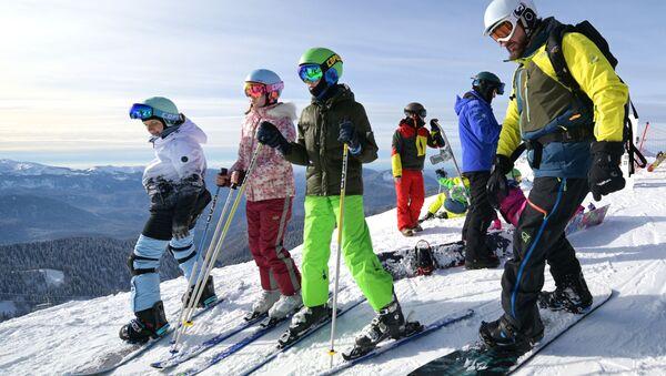 """Инструктури ће увек прискочити у помоћ онима који желе да науче да скијају """"од нуле"""" или подигну свој ниво. - Sputnik Србија"""