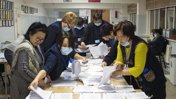 Пребројавање гласова на бирачком месту у Бишкеку након председничких избора у Киргизији - Sputnik Србија