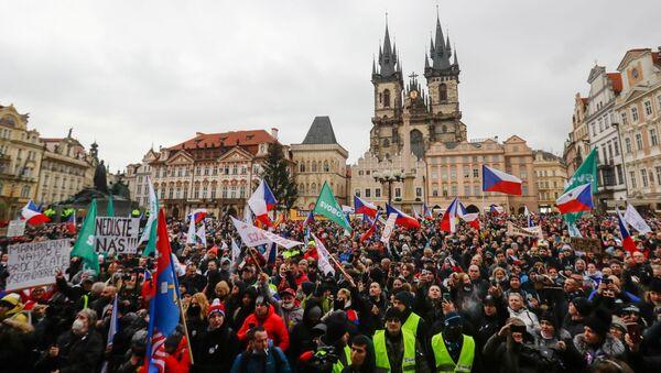 Protest protiv ograničenja zbog korone u Pragu na Starom gradskom trgu. - Sputnik Srbija