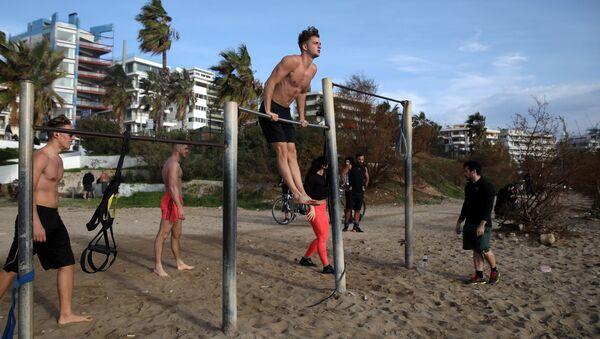 Ljudi vežbaju na plaži u južnom predgrađu Atine po neobično toplom danu  - Sputnik Srbija
