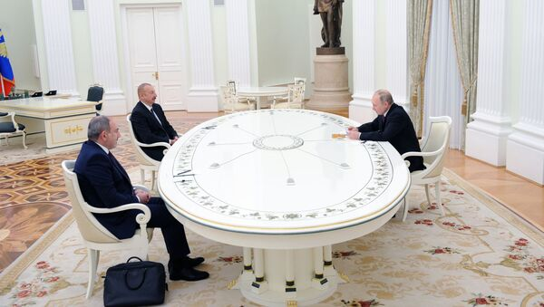 Predsednik Rusije Vladimir Putin na sastanku u Kremlju sa liderima Azerbejdžana i Jermenije, Ilhamom Alijevom i Nikolom Pašinjanom - Sputnik Srbija