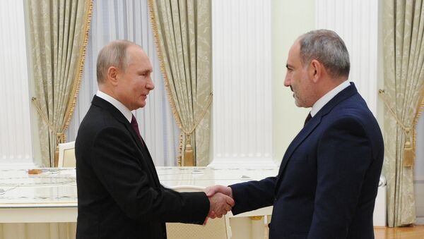 Predsednik Rusije Vladimir Putin i premijer Jermenije Nikol Pašinjan pre sastanka u Moskvi - Sputnik Srbija