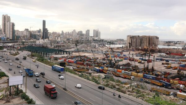 Vozila prolaze pored mesta eksplozije amonijum nitrata u avgustu prošle godine u Bejrutu - Sputnik Srbija