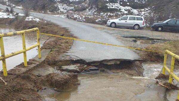 Srupio se most koji vodi do Narodne kuhinje u Prekovcu čije su farme pod vodom. Poplava je uništila i hranu u skladištu. - Sputnik Srbija