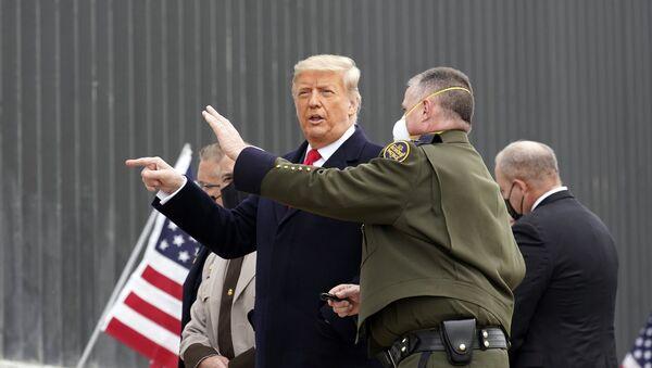 Доналд Трамп у обиласку зида на граници са Мексиком - Sputnik Србија