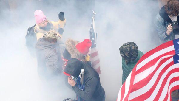 Trampove pristalice u oblaku suzavca tokom protesta 6. januara - Sputnik Srbija
