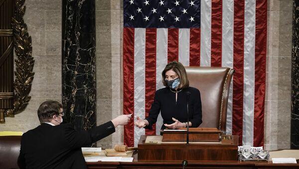 Nensi Pelosi objavljuje rezultate glasanja o opozivu Donalda Trampa u Predstavničkom domu američkog Kongresa - Sputnik Srbija
