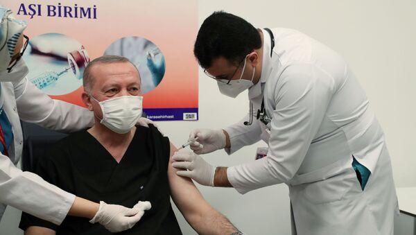 Predsednik Turske Redžep Tajip Erdogan prima kinesku vakcinu protiv virusa korona. - Sputnik Srbija
