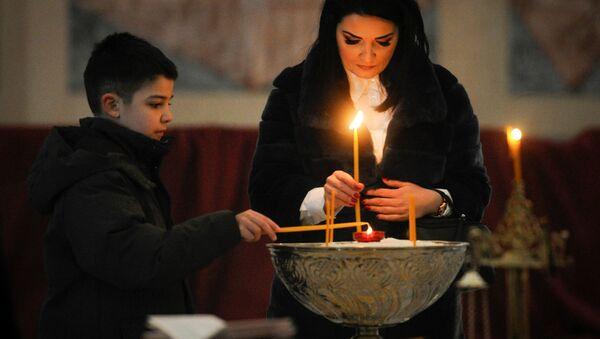 Милена Ивановић са сином на помену Оливеру Ивановићу у Храму Светог Саве - Sputnik Србија