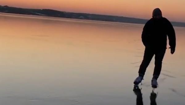 Игра природе и зиме: Чисти провидни лед на руској реци - Sputnik Србија