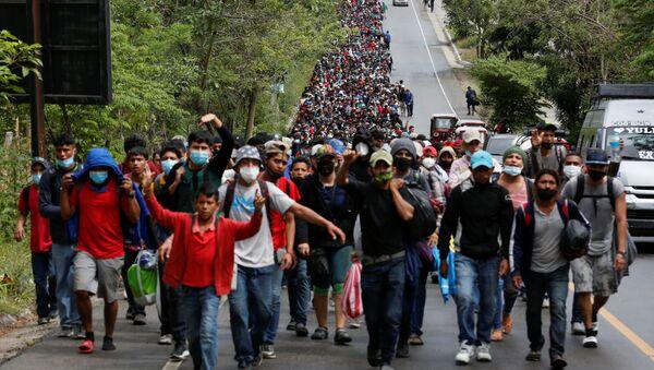 Hiljade migranata iz Hondurasa krenulo ka Americi  - Sputnik Srbija