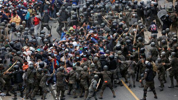 Избеглице из Хондураса пробијају војне барикаде крећући се ка Америци - Sputnik Србија