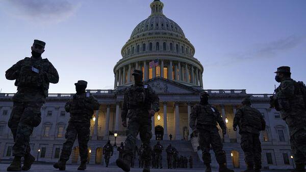 Pripadnici američe Nacionalne garde ispred zgrade Kapitola u Vašingtonu - Sputnik Srbija