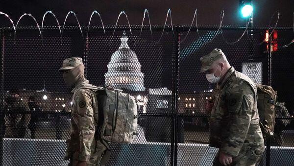 Наоружани припадници Националне гарде испред Капитола. - Sputnik Србија
