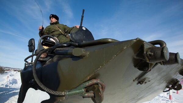 Војник Северне флоте управља оклопним транспортером БТР-80 - Sputnik Србија