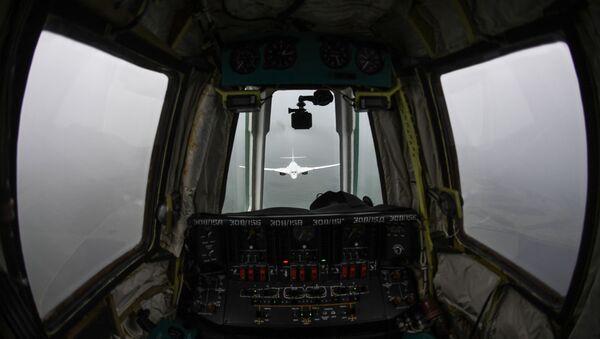 Поглед из кабине авио-танкера Ил-78 на бомбардер Ту-160 - Sputnik Србија