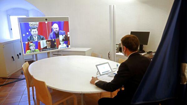 Francuski predsednik Emanuel Makron prisustvuje video-konferenciji EU-Kina - Sputnik Srbija
