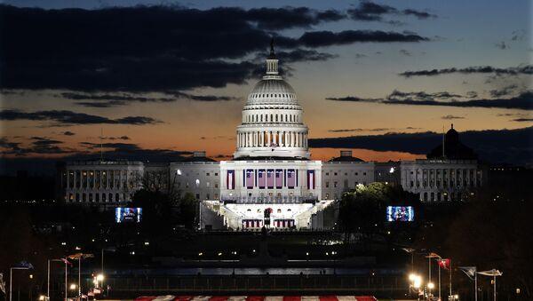 Свитање изнад Капитола и бина за полагање заклетве на дан инаугурације новог председника САД - Sputnik Србија