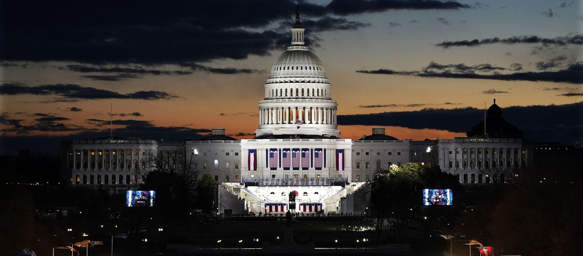 Svitanje iznad Kapitola i bina za polaganje zakletve na dan inauguracije novog predsednika SAD - Sputnik Srbija, 1920, 02.04.2021