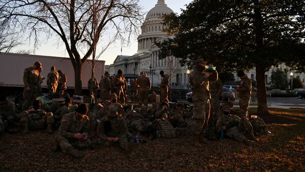 Trupe Nacionalne garde odmaraju se u dvorištu ispred američkog Kapitola uoči inauguracije - Sputnik Srbija