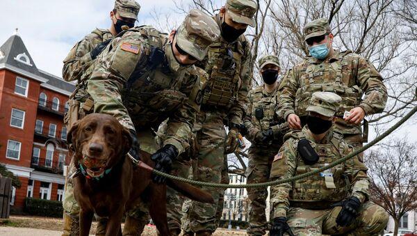 Pripadnici Nacionalne garde sa psom u Linkoln parku u Vašingtonu - Sputnik Srbija