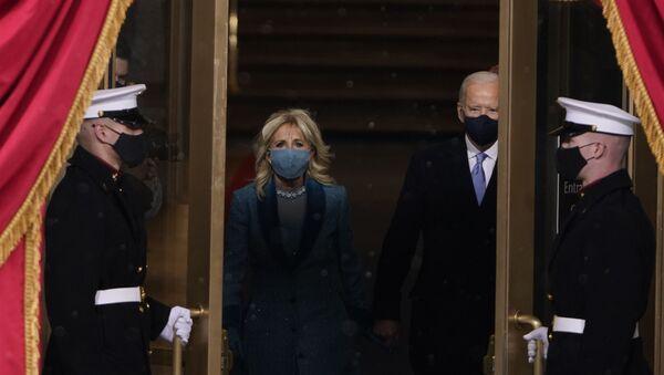 Новоизабрани председник Џо Бајден и његова супруга Џил излазе на 59. председничку инаугурацију на америчком Капитолу у Вашингтону - Sputnik Србија