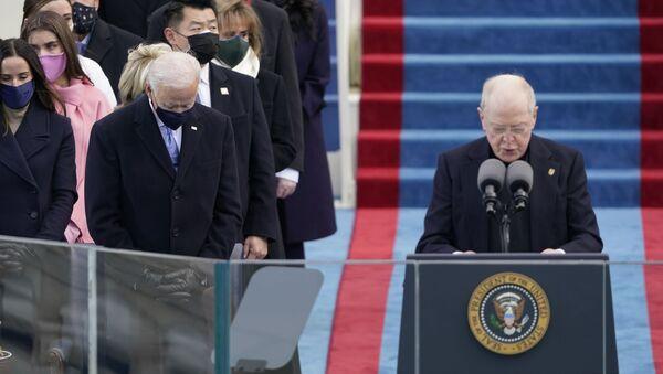 Džo Bajden tokom molitve na inauguraciji - Sputnik Srbija