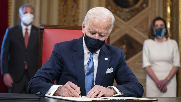 Џо Бајден потписује прве документе као председник - Sputnik Србија
