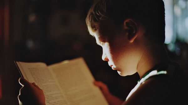 Dečak čita - Sputnik Srbija