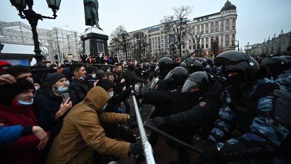 На неодобреном протесту у Москви повређена репортерка РИА - Sputnik Србија