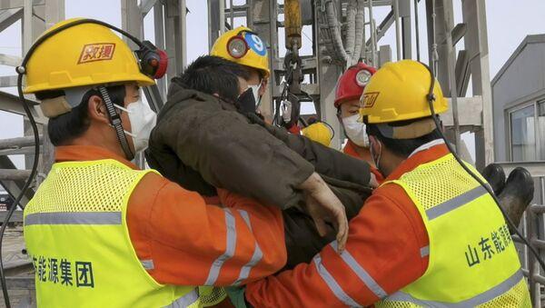 Operacija spasavanja rudara koji su danima bili zatrpani pod zemljom u kineskoj provinciji Šangdong - Sputnik Srbija