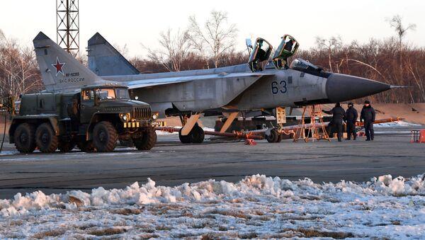 Rad specijalista vazduhoplovne inženjerske službe u Primorju na lovcu MiG-31BM - Sputnik Srbija