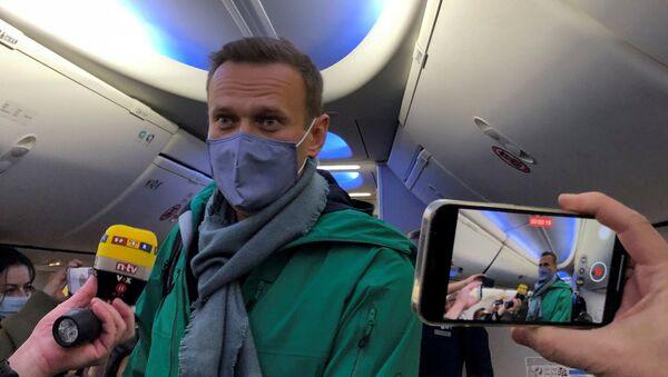 Ruski opozicionar Aleksej Navaljni u avionu u Nemačkoj pred polazak za Rusiju - Sputnik Srbija