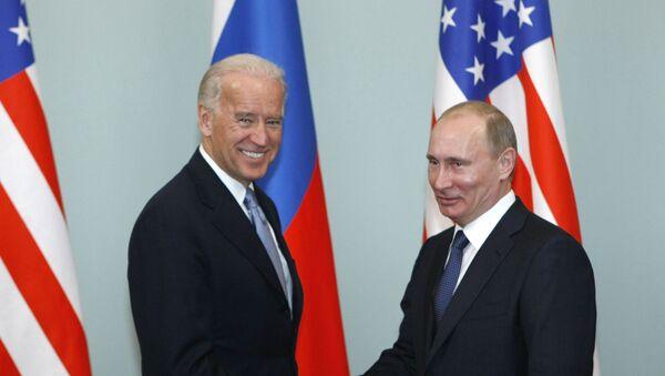 Arhivska fotografija od 10.3.2011. Tadašnji potpredsednik SAD Džo Bajden i tadašnji premijer Rusije Vladimir Putin na sastanku u Moskvi - Sputnik Srbija