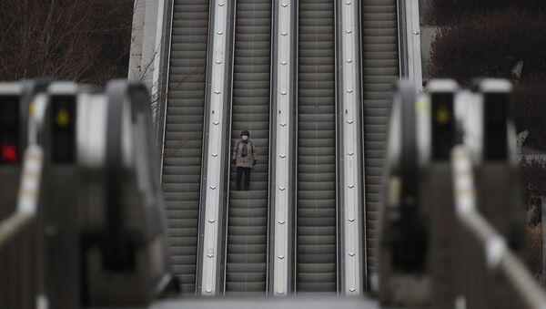Жена на покретним степеницама у Сеулу - Sputnik Србија