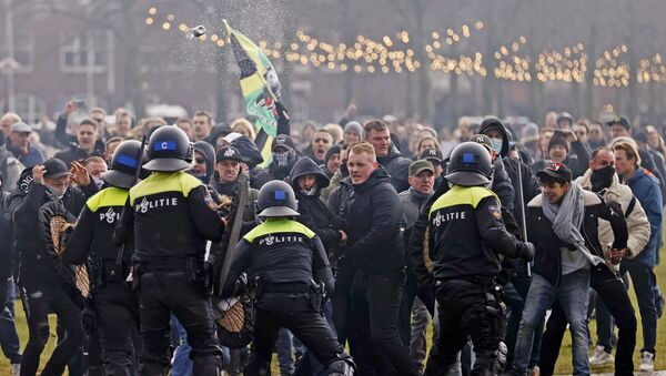 Sukobi policije sa demonstrantima na gradskom trgu u Amsterdamu, Holandija, 17. januara 2021. - Sputnik Srbija